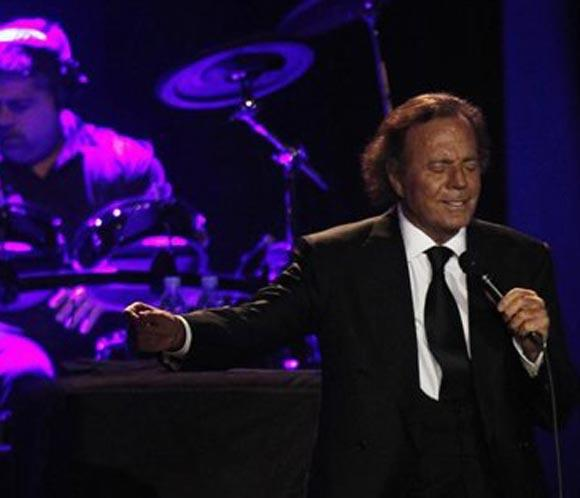 Julio Iglesias: black is black